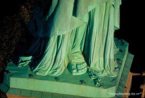 Phần chân của tượng nữ thần tự do